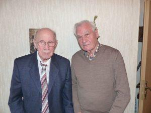 Der Ehrenvorsitzende Theo Tilosen gratuliert Helmut Enger zum 90. Geburtstag