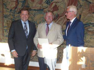 Links: OB Frank Meye r, Heinz Pelmter und Stadtsportbundvorsitzender Dieter Hofmann