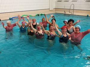 Wassergymnastik im Kostüm
