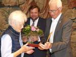 Dieter Hofmann überreichte Gerlinde die Urkunde, im Hintergrund der Oberbürgermeister Frank Meyer