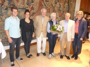Zu den weiteren Gratulanten gehörten, v.l.n.r: Ole und Anna, der Ehrenvorsitzende des TVB Theo Tilosen, Harald Fiedler und Tochter Susanne
