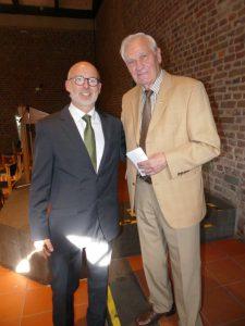 Theo Tilosen gratuliert dem 1. Vorsitzenden des Linner Spielvereins Ralf Krings